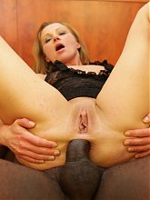 Sensual mature Suzy gives us an excellent view of her gaping ass during a live anal show